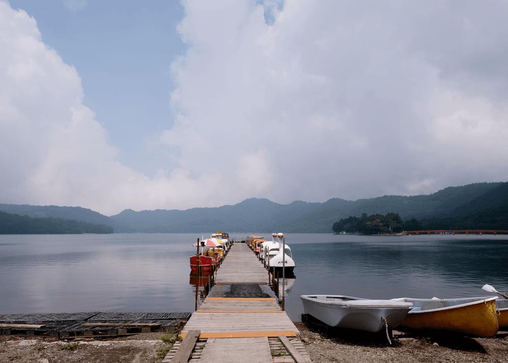 大沼と赤城神社の赤い橋